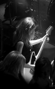 emma spelar gitarr