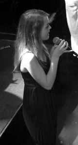 emma sjunger
