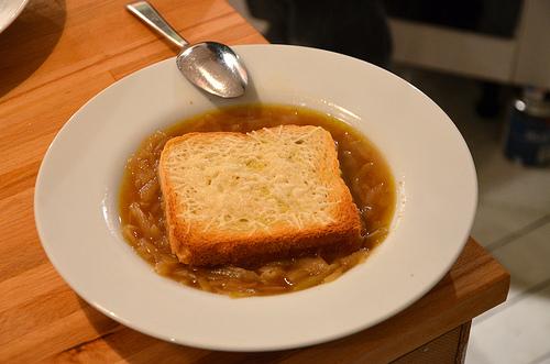 löksoppa med rostat bröd med parmesan